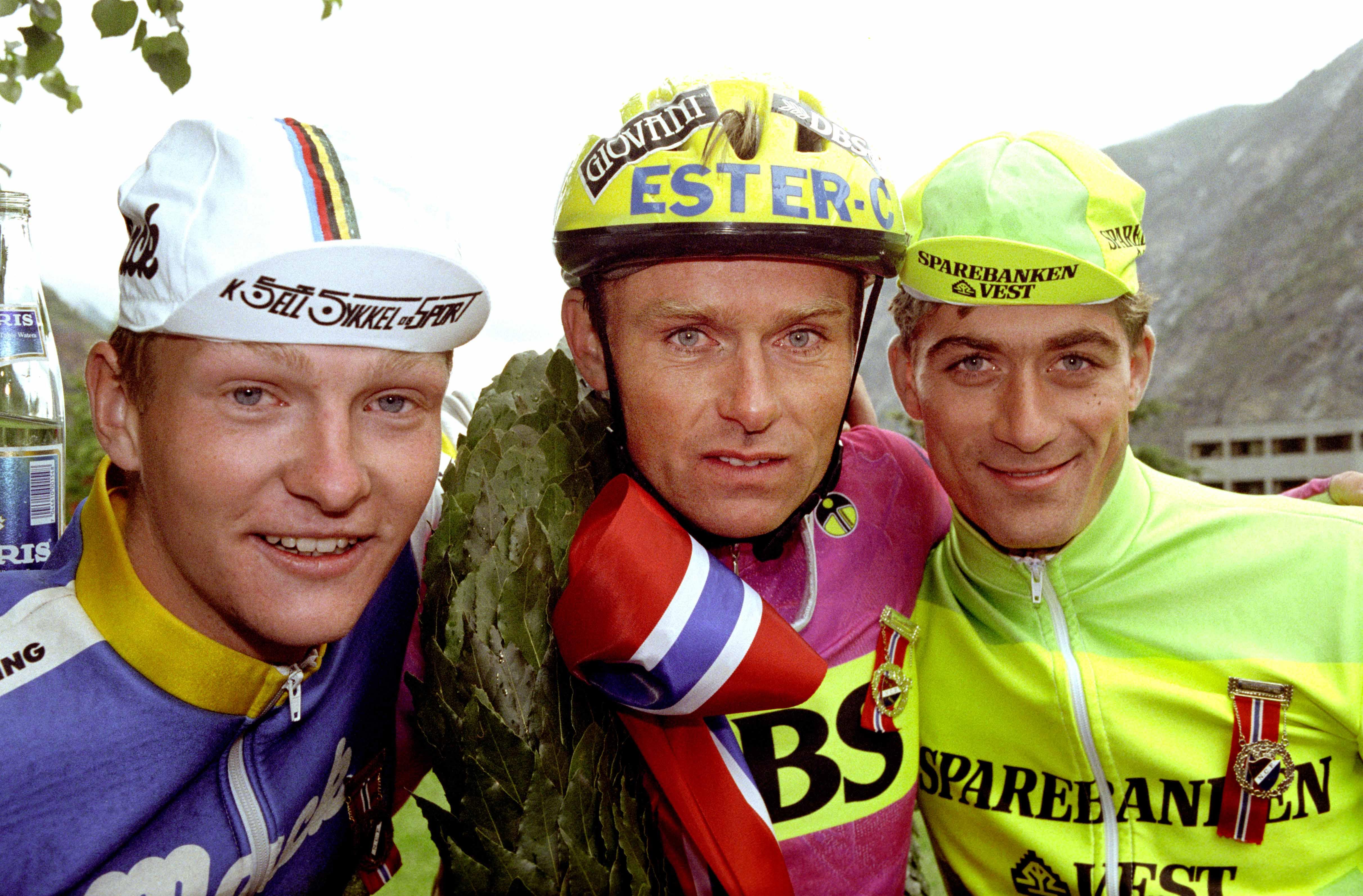 L∆RDAL 19920627: Syklisten Dag Erik Pedersen med laubÊrkransen han vant pÂ180 km fellesstart flankert av Ole Sigurd Simensen (t.v.) og Bj¯rn Stenersen under Sykkel-NM i LÊrdal. Foto: Jon Eeg NTB / SCANPIX