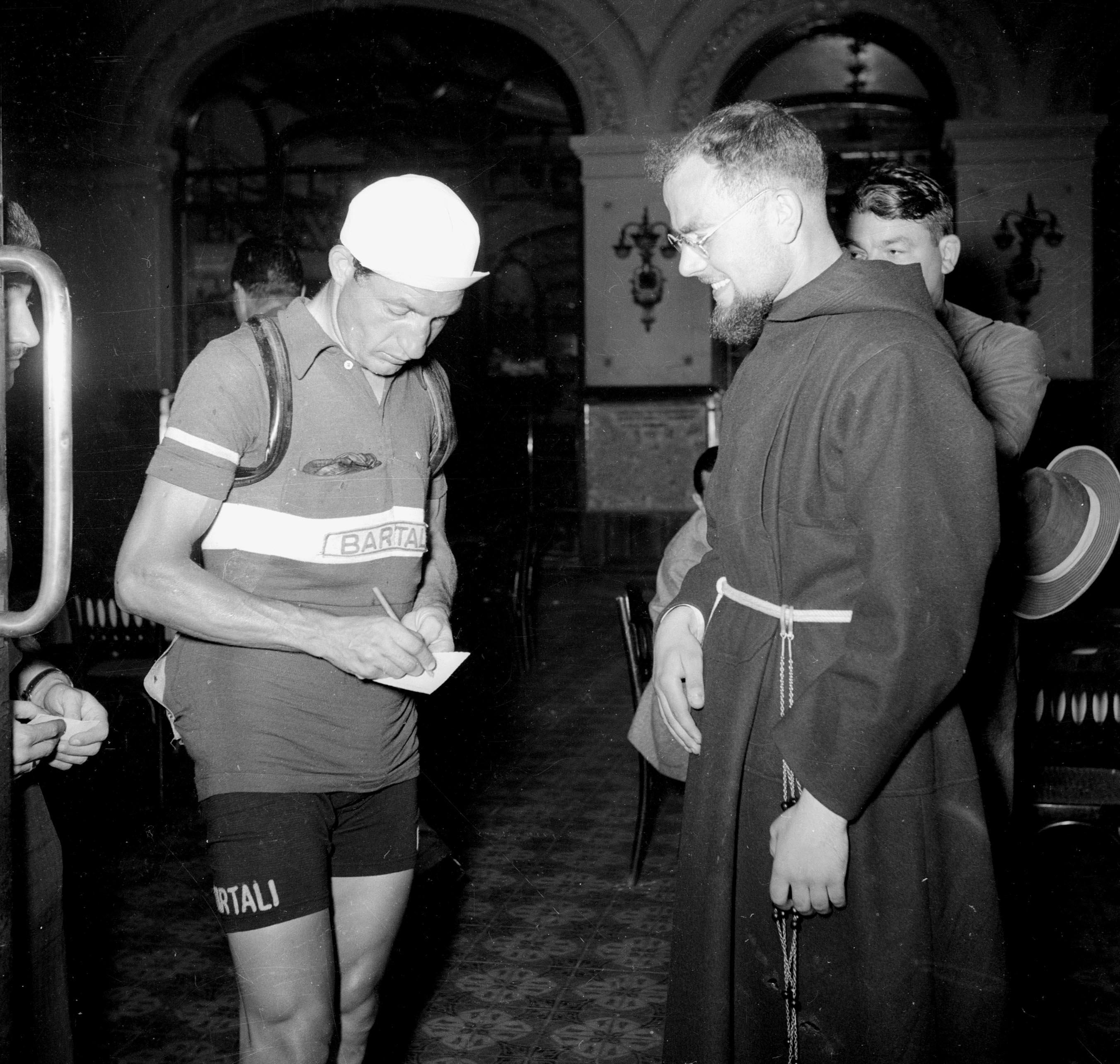 En munk får autografen til Bartali under Tour de France. Foto: Presse Sport.