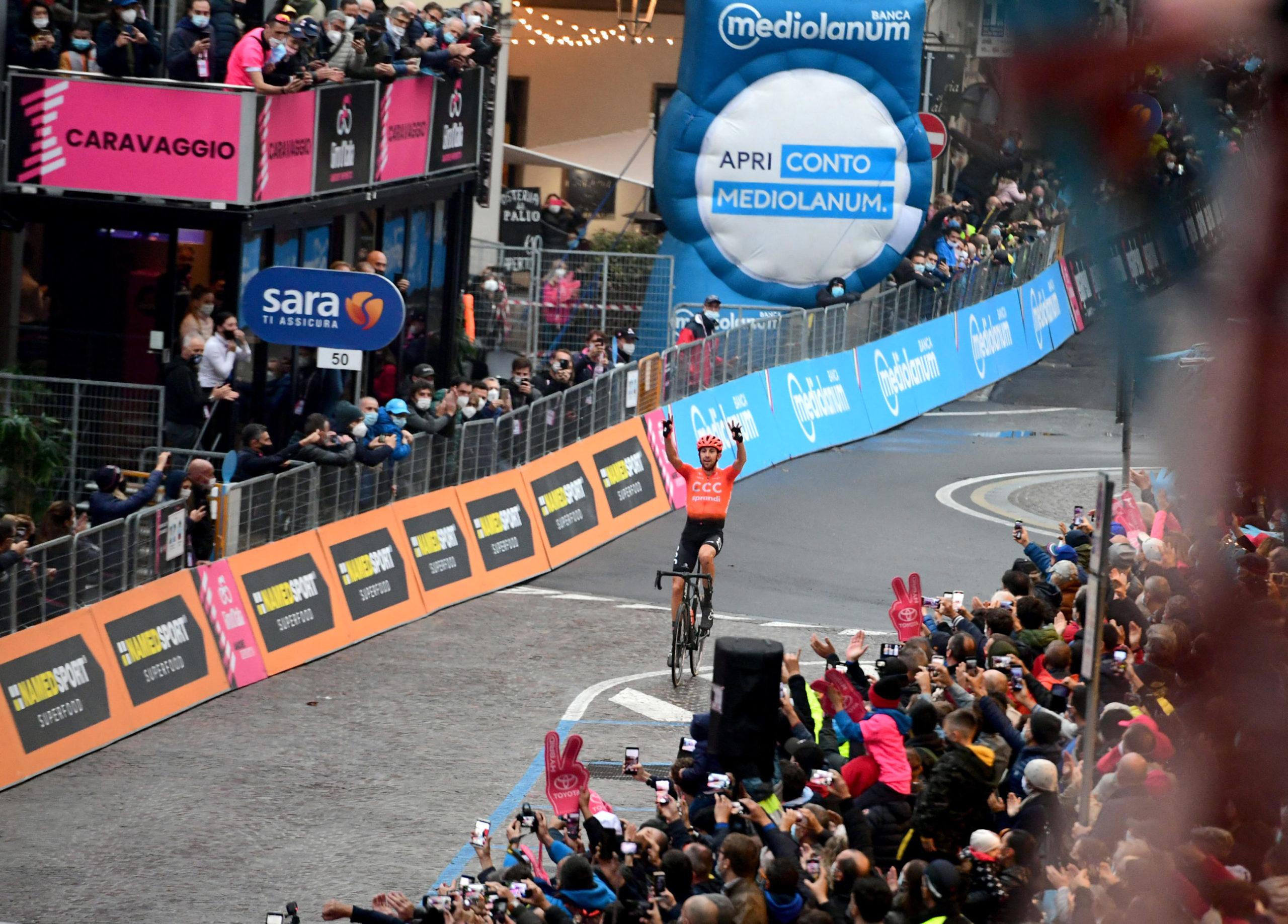 Nedkortet Giro-etappe vunnet etter solobrudd – rittsjefen raser